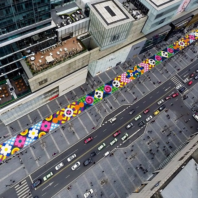 Craig & Karl used 13 tonnes of sweets to create this 607 feet long and 23 feet wide candy carpet in Chengdu to celebrate Chinese New Year. Nice job!